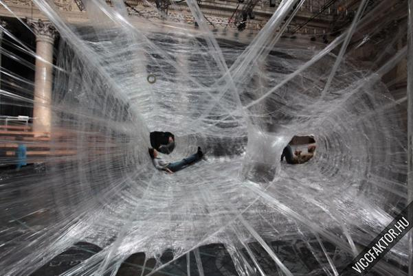 Ragasztószalagból készített pókháló #2