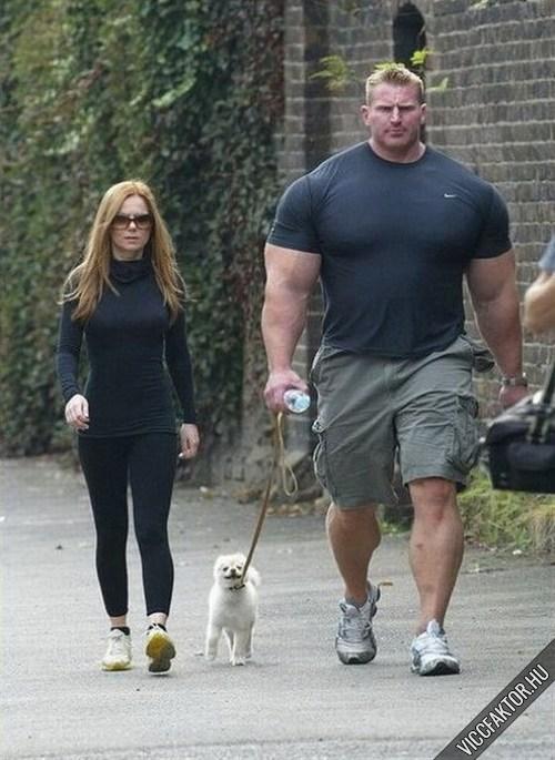 Hulk, a barátnője és a kutyájuk